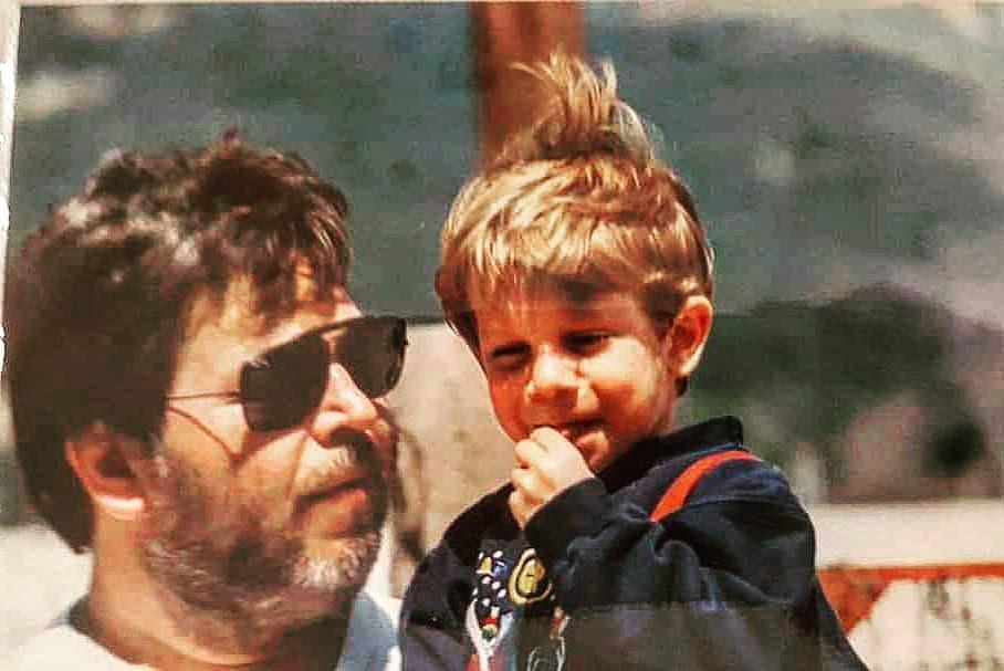 Ο πιτσιρικάς της φωτογραφίας είναι γνωστός Έλληνας ηθοποιός – Τον αναγνωρίζεις;   tlife.gr