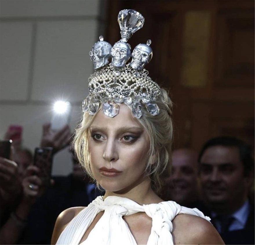 Η Lady Gaga το 2018 φόρεσε τιάρα by Pericles Kondylatos /Φωτογραφία Instagram